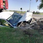Glinojeck: Citroen uderzył w betonowy przepust