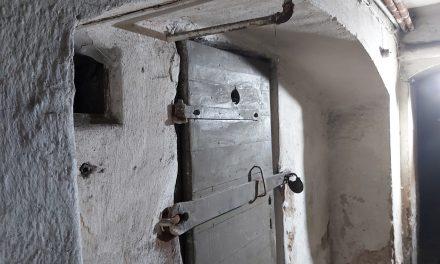 Ciechanów: Inskrypcje martyrologiczne w katowni UB zostaną wpisane do rejestru zabytków?