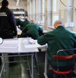 Więźniowie szyją maseczki. Trafiły także do ciechanowskiego szpitala