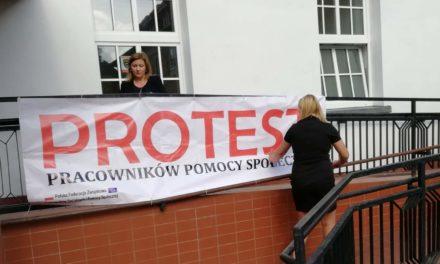Ciechanów: Trwa protest pracowników pomocy społecznej