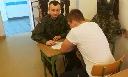 Terytorialsi zachęcają młodych do wstąpienia do WOT podczas kwalifikacji wojskowej