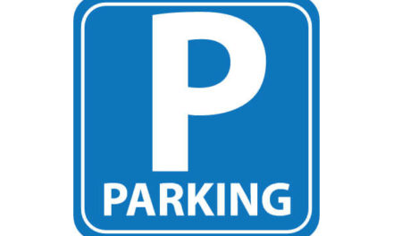 Ciechanów: Więcej miejsc parkingowych przed Starostwem Powiatowym – rozbudowa rozpoczęta