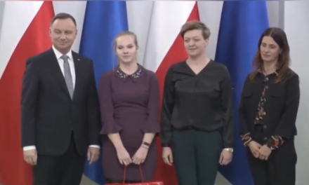 """Uczennica z ZS nr 3 w Ciechanowie wyróżniona w konkursie """"Mistrzowie i patrioci"""""""