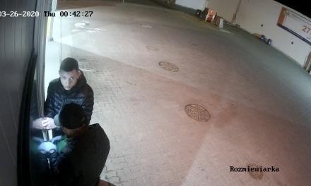 Ciechanów: Ukradli pieniądze z myjni samochodowej. Ich wizerunek utrwalił monitoring
