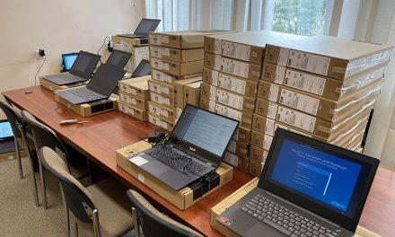 """Laptopy trafiły do uczniów. Ruszył program """"Zdalna szkoła"""""""