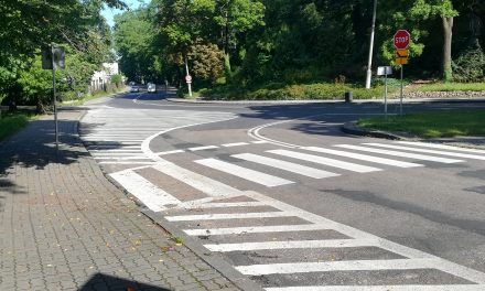 Wypadek na skrzyżowaniu. Nowe oznakowanie, stare przyzwyczajenie