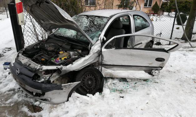 Osiek Aleksandrowo: Uderzyła w ogrodzenie posesji. Sprawca wypadku porzucił auto i oddalił się